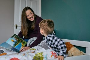 pregnant mum reads book during family photoshoot