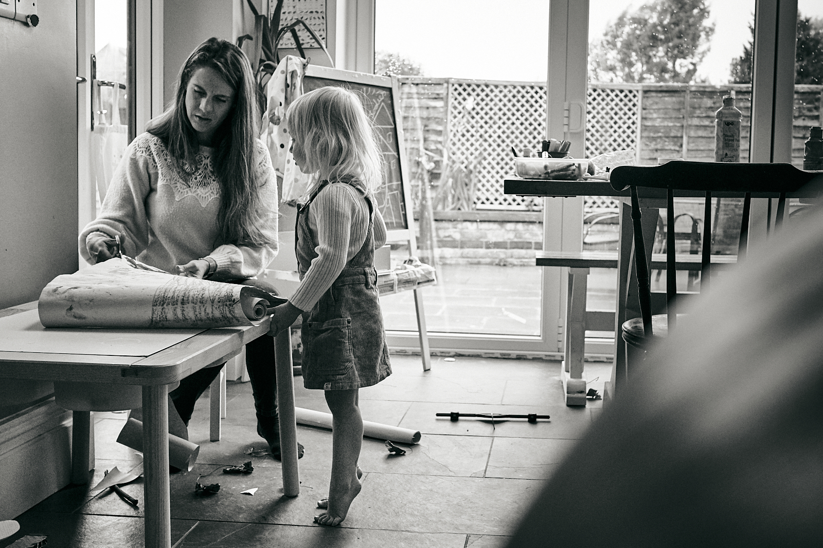 mum and daughter draw at home